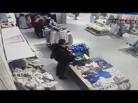 Embedded thumbnail for Мужчина помочился на товар в ТРК «Тау Галерея»